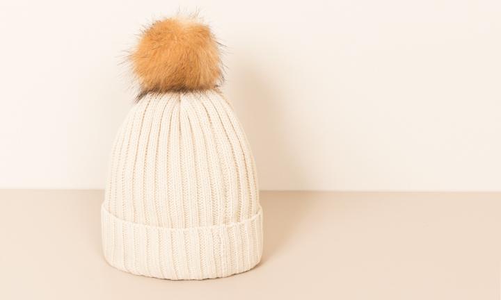 Soft and warm ribbed beanie hat with a detachable faux fur pom pom natural